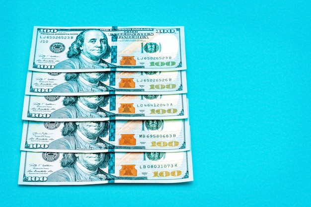 Uma fileira de cem notas de dólar americano