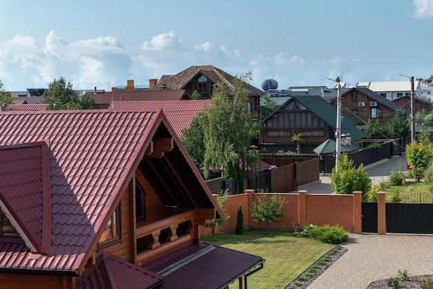 Uma fileira de chalés. aldeia de férias moderna. panorama.