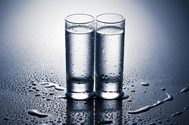 Uma fileira de copos de vodka. tiro de estúdio