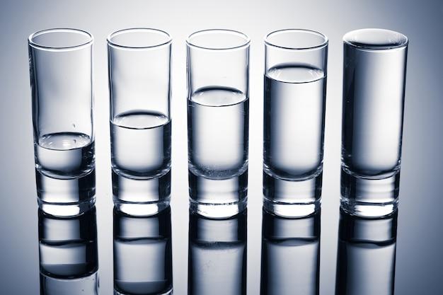 Uma fileira de copos de vodka.