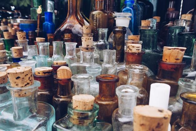 Uma fileira de frascos de remédios antigos. feche a foto do foco seletivo de velhos frascos e frascos de vidro de farmácia antiga.