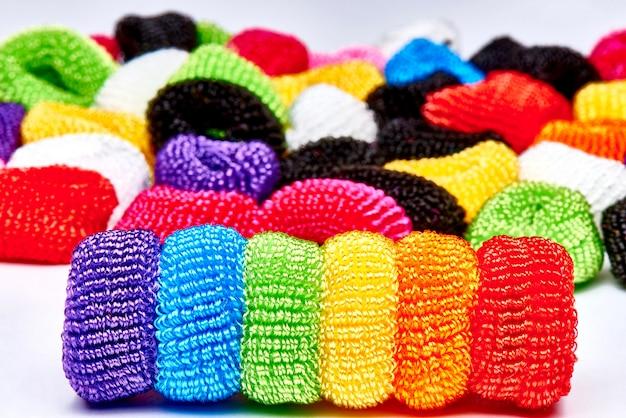 Uma fileira de multi-colorido brilhante scrunchy.