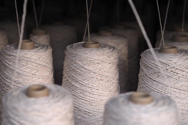 Uma fileira de tubos da indústria têxtil em fábricas