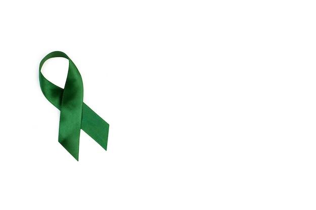 Uma fita verde em um fundo branco