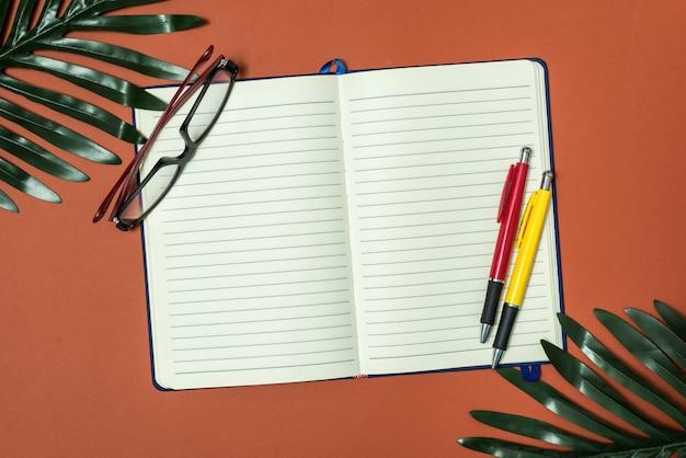 Uma folha de bloco de notas em branco com notas de um empresário ou contador