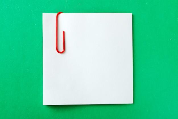 Uma folha de gravação com um clipe de papel vermelho