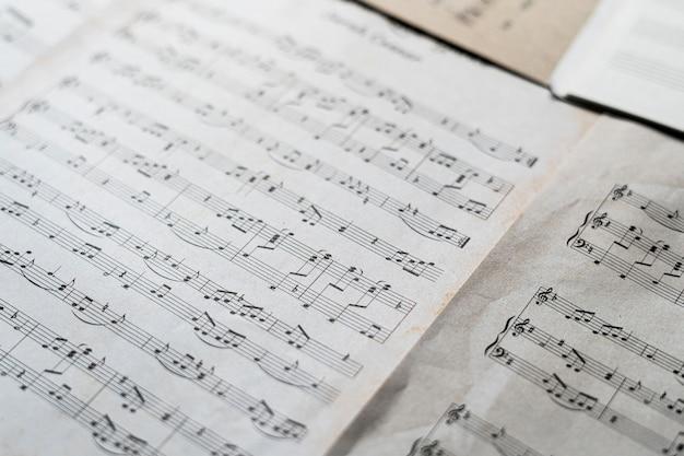 Uma folha de papel antiga de close-up com notas musicais clássicas de cultura e artes