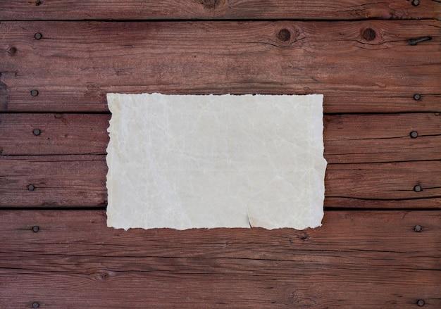Uma folha de pergaminho sobre uma mesa de madeira
