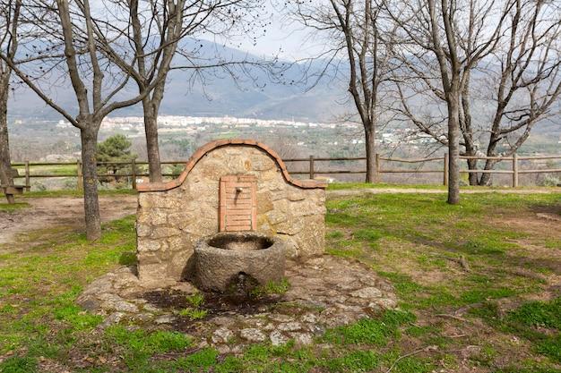 Uma fonte de granito e pedras em um parque público para fornecer água potável aos visitantes