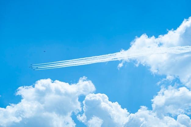 Uma formação de blue impulse voando no céu azul