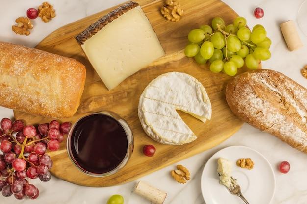 Uma foto aérea de um copo de vinho tinto com queijo