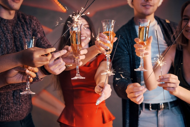 Uma foto com um grupo de amigos que se divertem com bonecos de neve e champanhe. feliz ano novo. fechar-se.