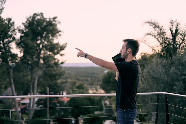 Uma foto de foco superficial de um jovem homem caucasiano usando seu tablet