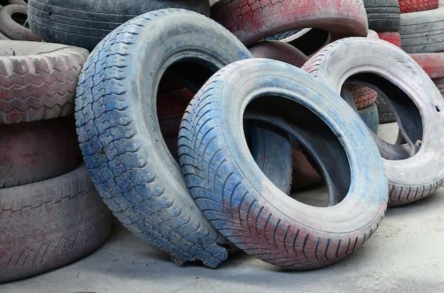 Uma foto de muitos pneus usados velhos deixados em um lixão