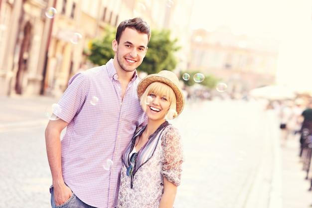Uma foto de turistas felizes na cidade velha de gdansk, na polônia