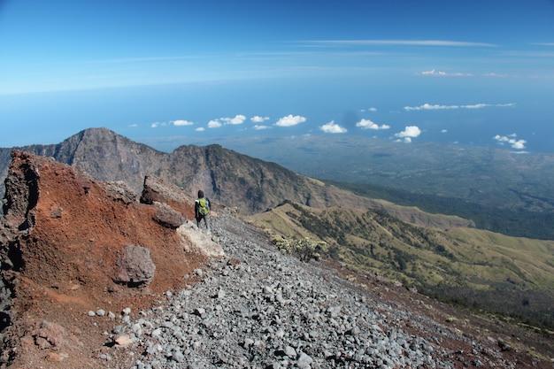 Uma foto de um alpinista no monte rinjani lombok