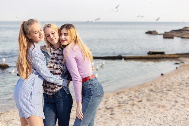 Uma foto de um grupo de mulheres se divertindo na praia