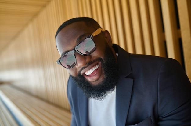 Uma foto de um homem afro-americano de óculos escuros