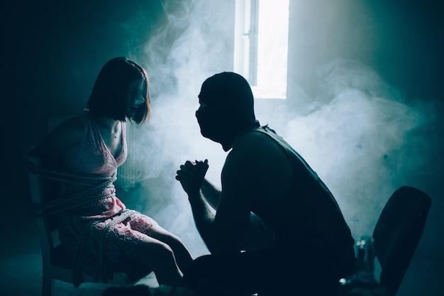 Uma foto de um quarto escuro com alguma névoa dentro.