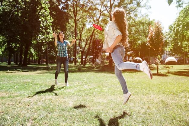 Uma foto de uma garota que pegou um frisbee com a mão