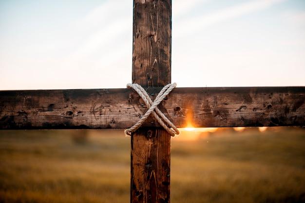 Uma foto em close de uma cruz de madeira feita à mão