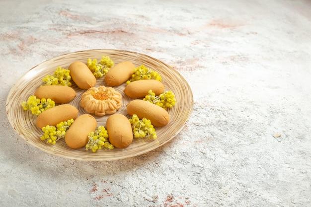Uma foto lateral de um prato de biscoitos saborosos no lado esquerdo do chão de mármore