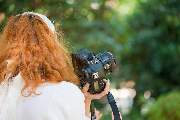 Uma fotógrafa feminina em ação