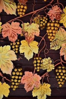 Uma fotografia de uvas forjadas, pintadas em tons quentes de laranja