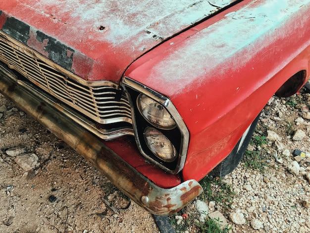 Uma frente de um carro vermelho vintage velho