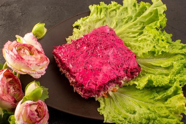 Uma frente fechada vista salada de beterraba fatia de maionese salada junto com verde dentro placa marrom
