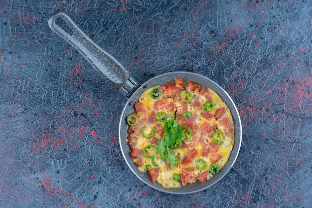 Uma frigideira de omelete com legumes.