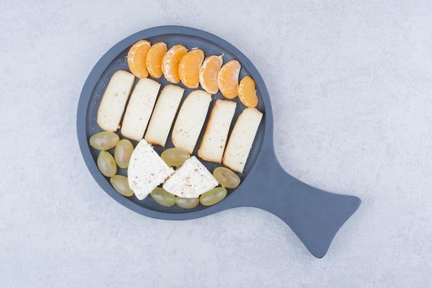 Uma frigideira escura com pão fatiado e frutas. foto de alta qualidade