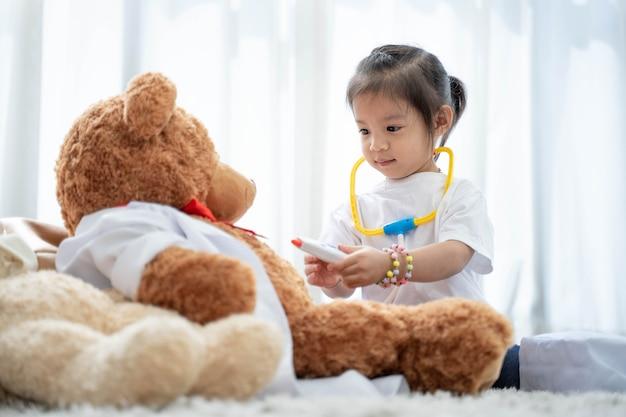 Uma garota asiática feliz brincando de urso de pelúcia