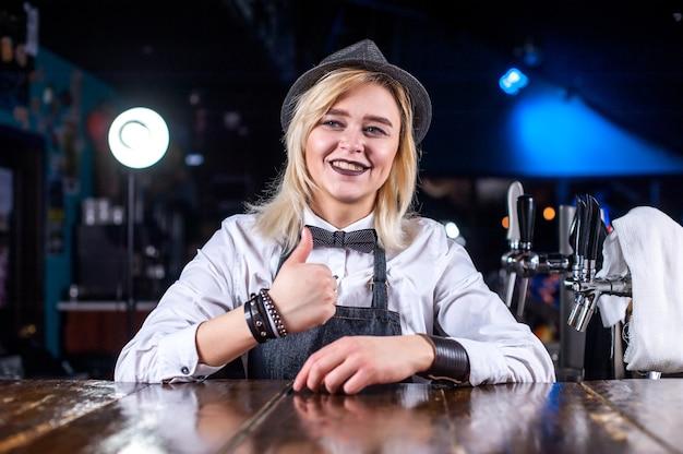 Uma garota charmosa bartender demonstra suas habilidades profissionais