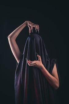 Uma garota com cabelo comprido de uma bruxa está tentando incendiar-se