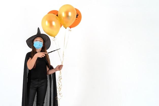 Uma garota com máscara médica e fantasia de halloween