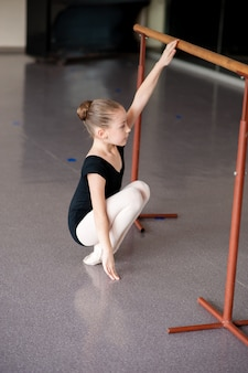 Uma garota em uma aula de balé