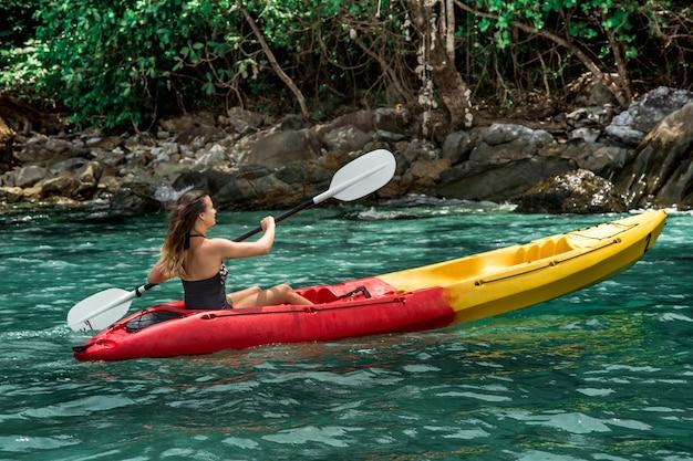 Uma garota em uma canoa
