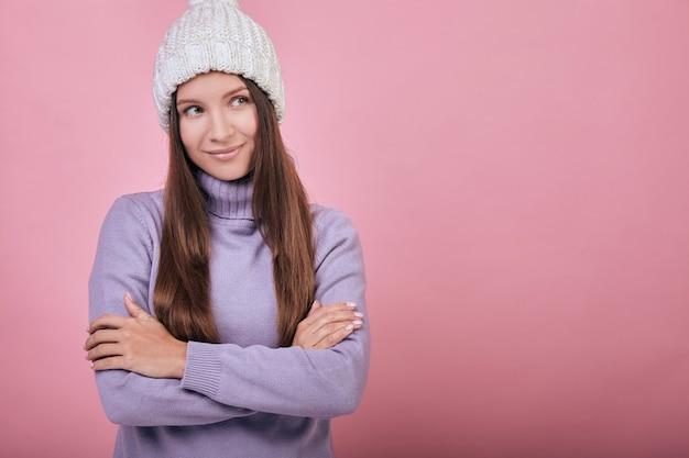 Uma garota encantadora e amável em roupas confortáveis, olhando de lado