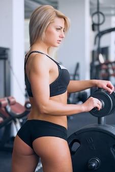Uma garota esportiva em roupas esportivas depois de um treino
