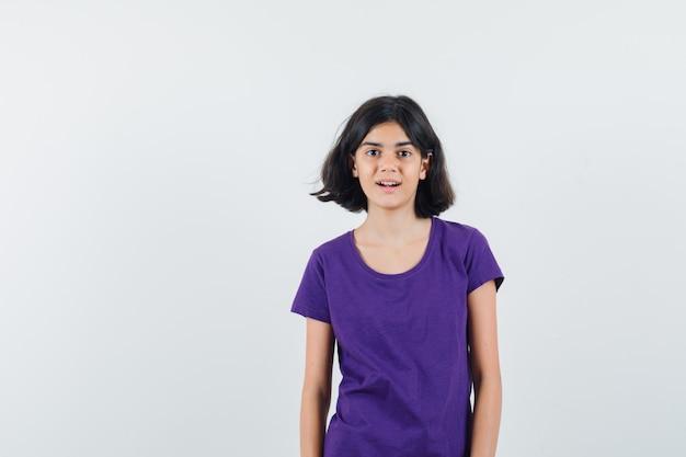 Uma garota expressiva está posando no estúdio