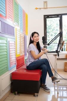 Uma garota gravando um videoblog em estúdio