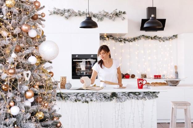 Uma garota na cozinha de natal cozinha em casa