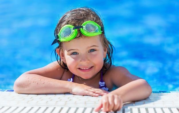 Uma garota nadando em uma pequena piscina
