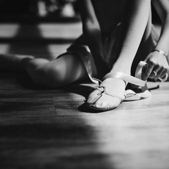 Uma garota se preparando para uma aula de balé