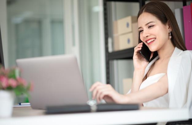 Uma garota trabalhadora está conversando com seu cliente. ela faz um serviço de contrato para citar sua cust