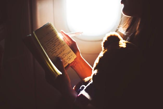 Uma garota viajando de avião