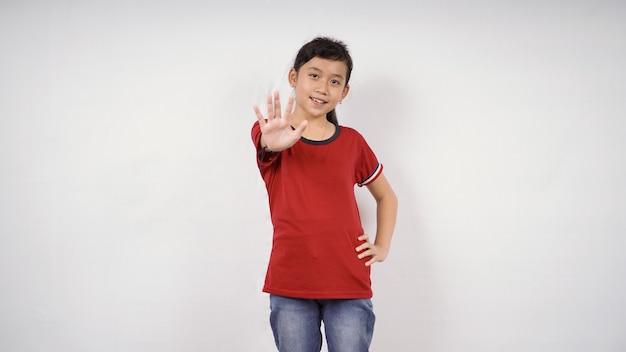 Uma garotinha dando intrução de parada isolado fundo branco