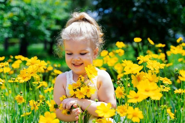 Uma garotinha de cabelos brancos em flores amarelas