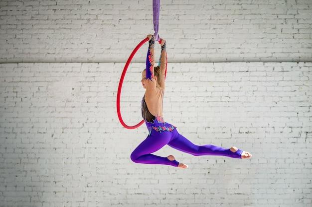 Uma garotinha engajada na ginástica aérea